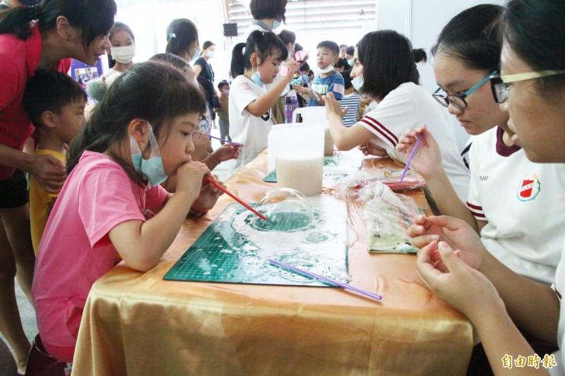 許多孩子參加嘉義市科學168教育博覽會。(記者林宜樟攝)