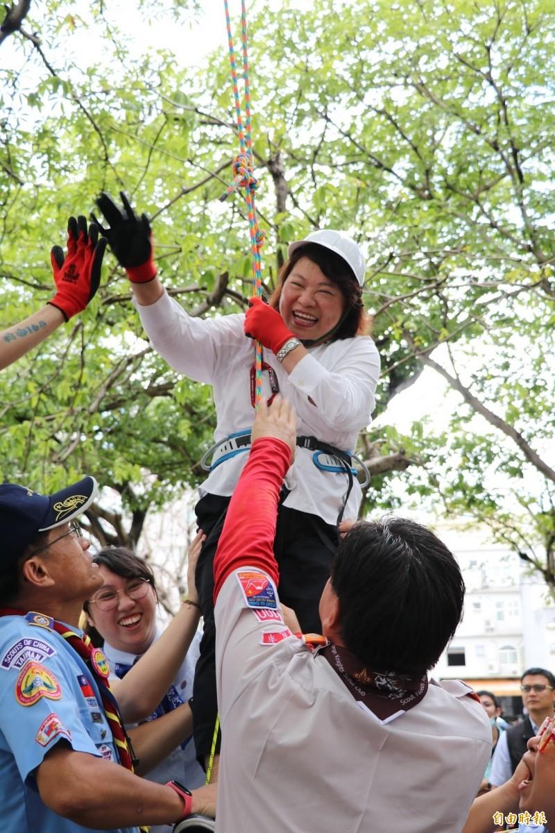 嘉義市長黃敏惠體驗樹攀活動。(記者林宜樟攝)