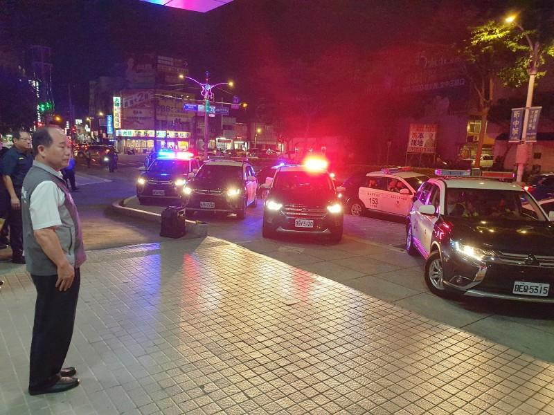 警察局長陳國進校閱執行擴大臨檢勤務的警力。(記者周敏鴻翻攝)