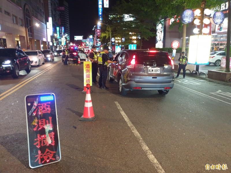 警方加強路檢攔查可能違規的車輛。(記者周敏鴻攝)