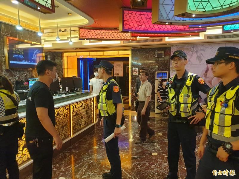 警方針對酒店執行擴大臨檢。(記者周敏鴻攝)