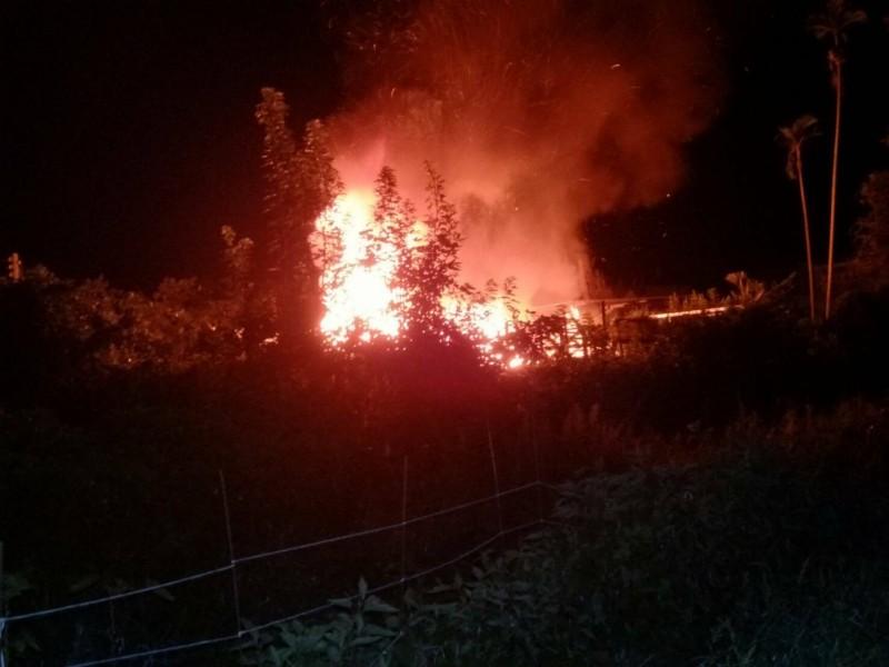 雲林大埤北鎮村一處民宅今天深夜發生火警,火勢猛烈。(民眾提供)(記者黃淑莉攝)