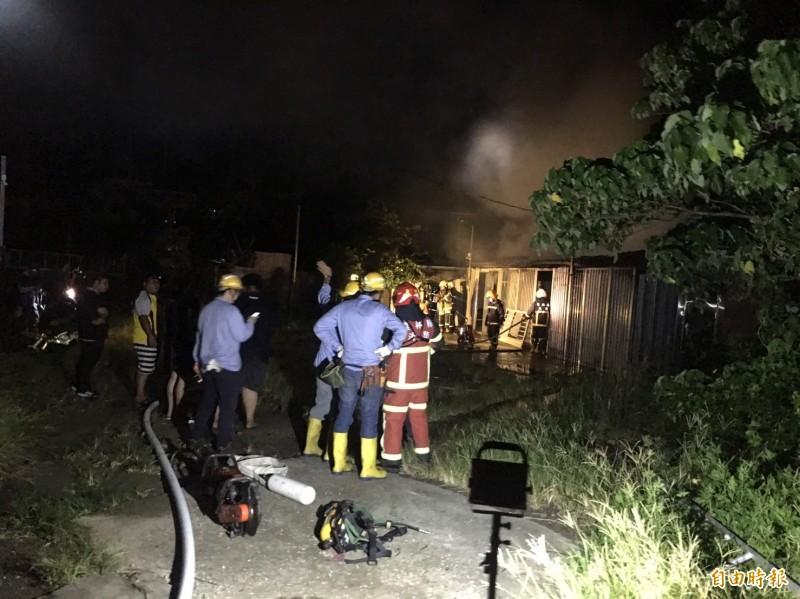 雲林大埤北鎮村今天深夜發生大火,消防人員到場灌救,在屋內找到屋主已成焦屍。(記者黃淑莉攝)