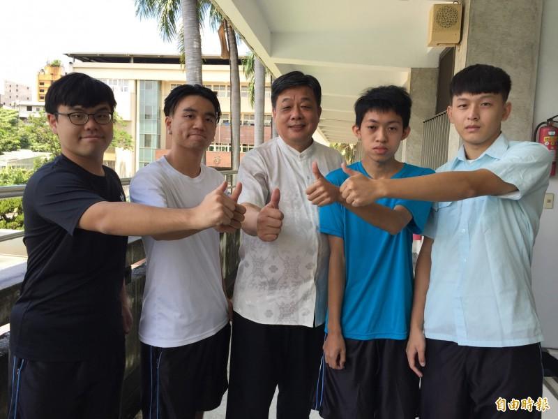 「預期心理」助攻,中一中生周承勳(左一)拚進台大醫科。(記者蘇孟娟攝)