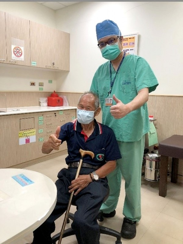 田爺爺右肩旋轉肌破裂,得到台南市立安南醫院骨科醫師許惟傑與醫護團隊幫忙治療,手術效果良好。(記者王俊忠翻攝)