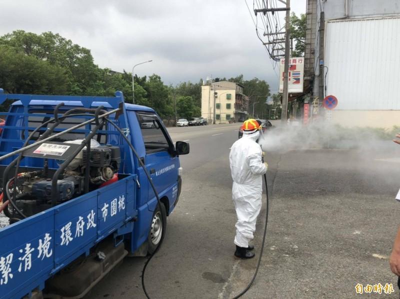桃園市環保局出動2部消毒車、5人,以及7位外包消毒人員前往工廠內部及周邊消毒。(記者李容萍攝)