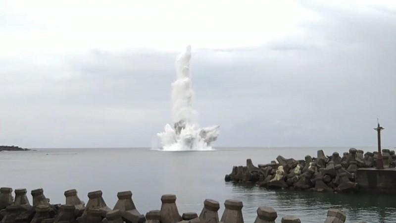 13枚未爆彈在海底引爆後,濺起數十米水花(記者吳昇儒翻攝)