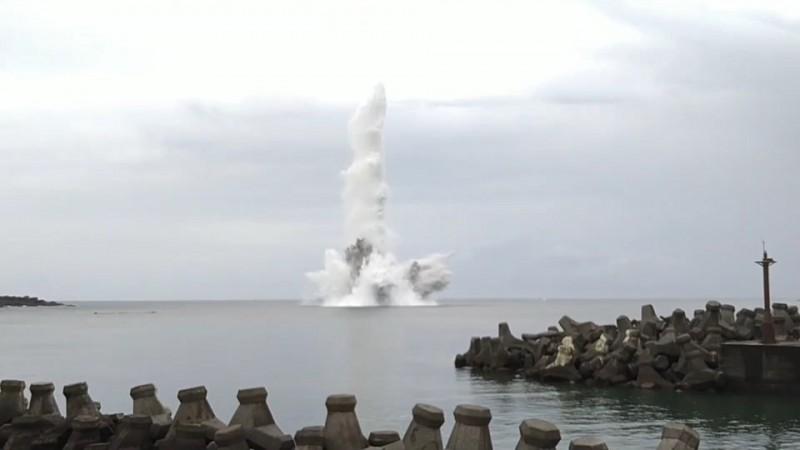 13枚未爆彈在海底引爆後,濺起數十米水花。(記者吳昇儒翻攝)