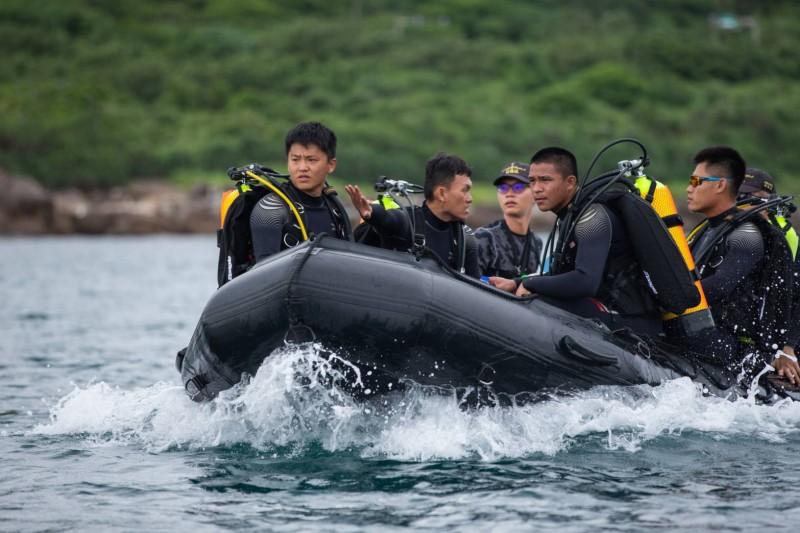 水下作業大隊隊員搭乘膠舟前往未爆彈海域。(國防部提供)
