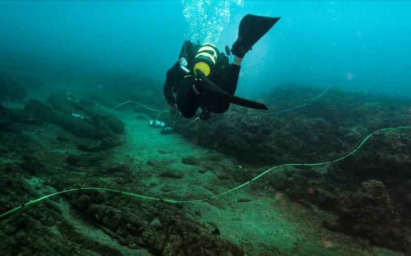 水下作業大隊隊員執行未爆彈爆破作業。(國防部提供)
