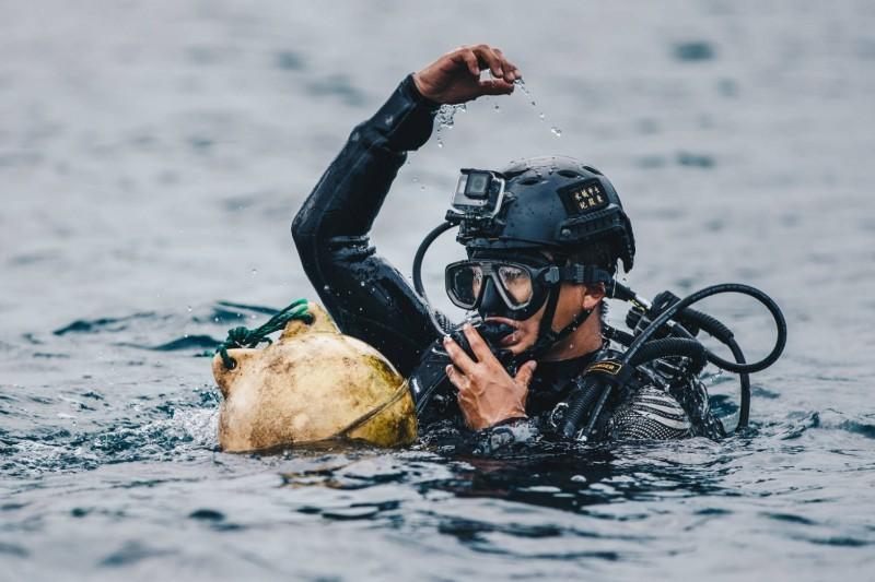 水下作業大隊隊員浮出水面。(國防部提供)