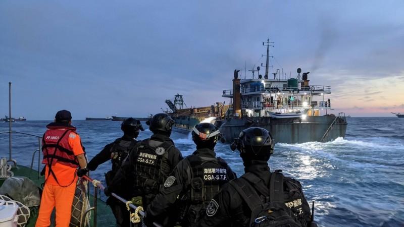 海巡署查緝中國抽砂船,出動海巡特遣隊人員加入。(澎湖海巡隊提供)
