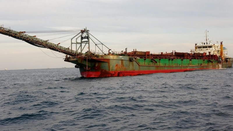 中國抽砂船肆虐臺灣攤,海巡署施出鐵腕查緝。(澎湖海巡隊提供)