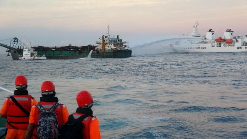海巡署大型艦艇出動水砲,控制中國抽砂船行動。(澎湖海巡隊提供)