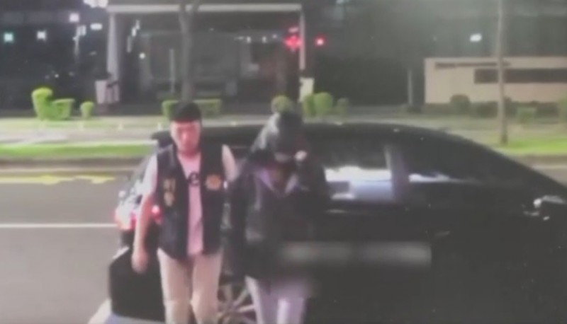陳女(右)被檢警請回後,與男友遭歹徒押走。(記者洪定宏翻攝)
