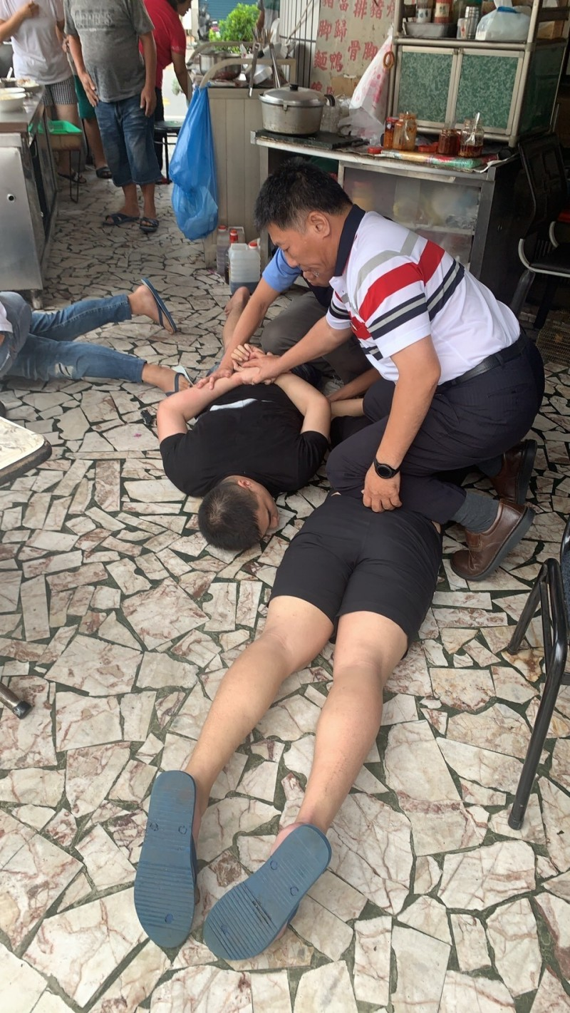 警方逮捕歹徒。(記者洪定宏翻攝)
