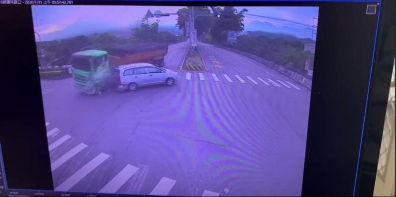 省道台16線集集隧道前,砂石車撞廂型車影像曝光,雖砂石車試圖閃避,但仍在路口撞上轉彎車輛。(記者劉濱銓翻攝)