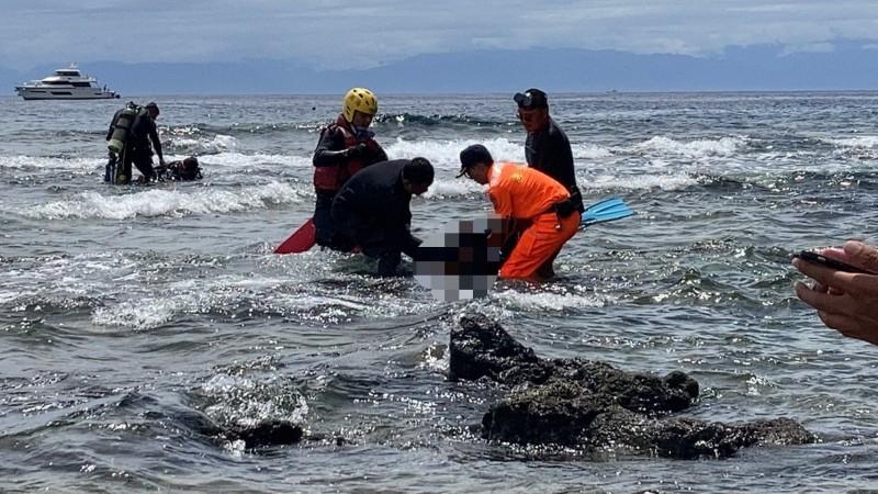海巡人員和潛水業者合力將失聯漂流的女潛客救援上岸。(記者陳賢義翻攝)