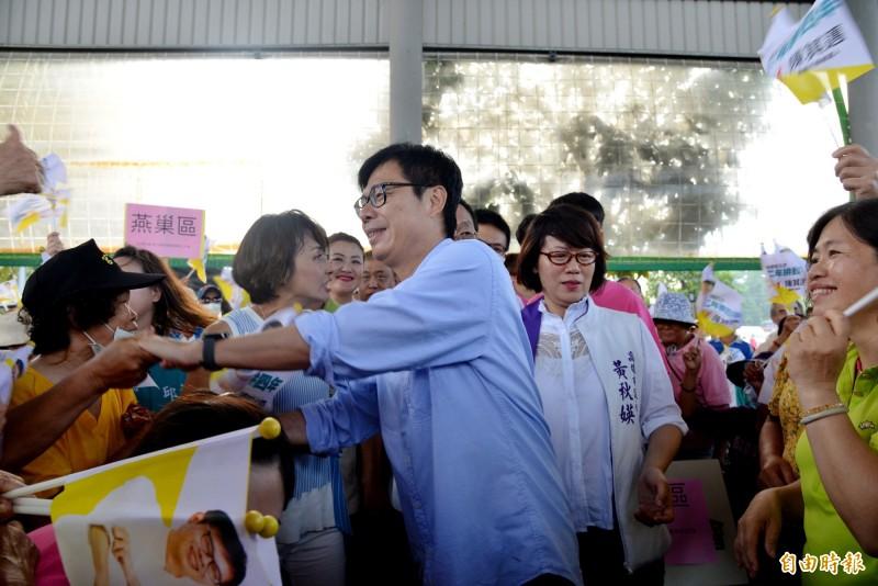 陳其邁出席後援會成立大會,進場時受支持者歡呼。 (記者許麗娟攝)