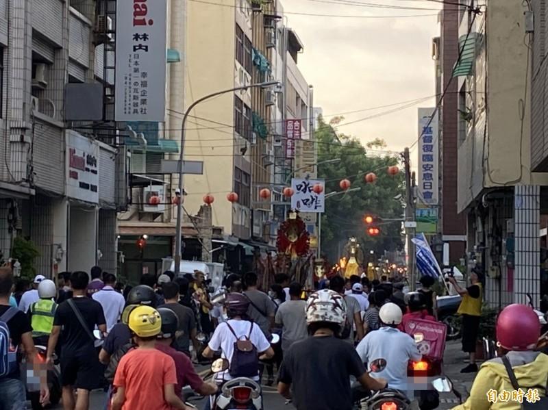 暗訪隊伍穿梭大街小巷,正值下班交通尖峰時段,街道人潮強強滾。(記者張聰秋攝)