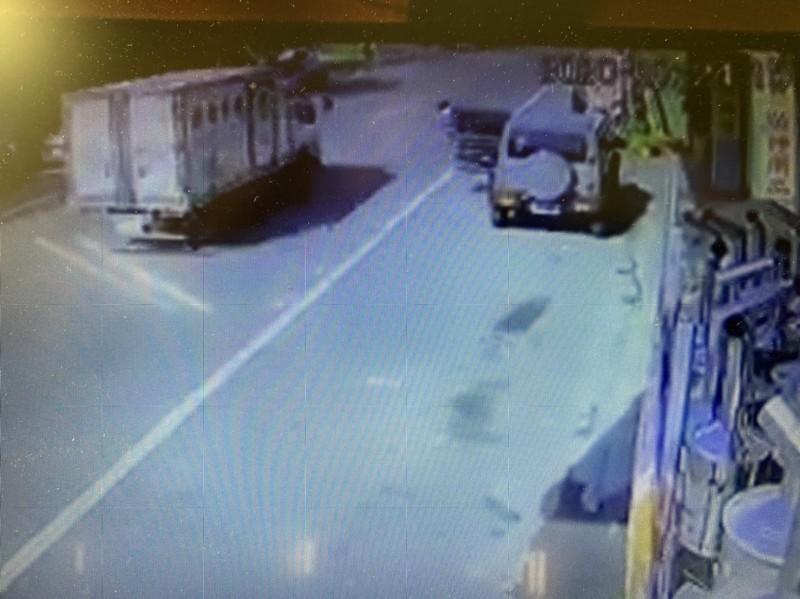 父女倒地後,後方1部貨車緊急向對向車道閃避,才避免將2人輾過,場面超驚險。(記者佟振國翻攝)
