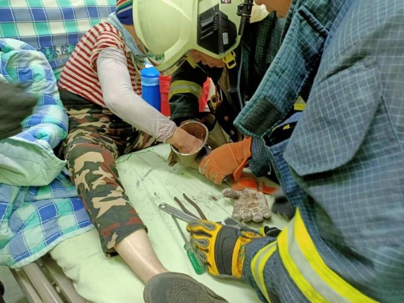 婦人使用絞肉機不慎,右手手指卡在葉片中。(澎湖縣消防局提供)