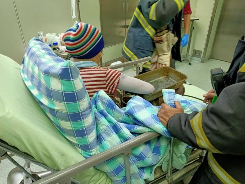 由於擔心貿然拔出造成更大傷害,消防局連同傷者帶絞肉機送醫。(澎湖縣消防局提供)