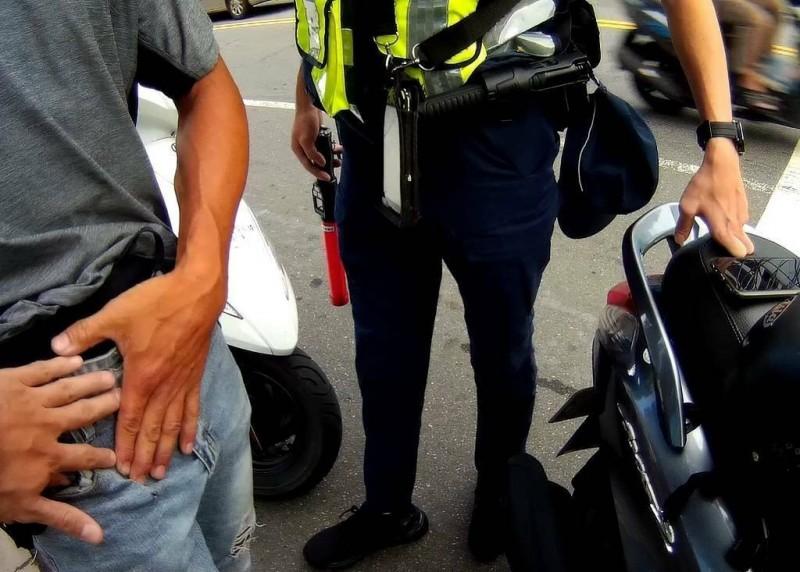 姜姓男子(左)持有安非他命吸食器被警方查獲。(記者周敏鴻翻攝)