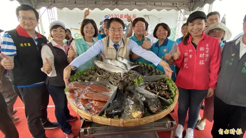 七股海鮮節今開幕,台南市長黃偉哲(中)展示尚青的水產,招呼遊客快來七股遊玩、吃海鮮。(記者楊金城攝)