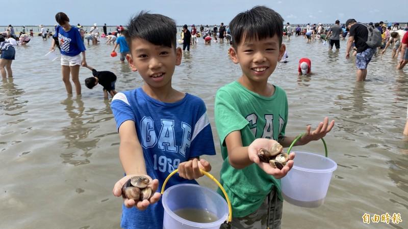 小朋友參加七股海鮮節觀光赤嘴園挖文蛤體驗活動,開心秀出挖到的文蛤。(記者楊金城攝)