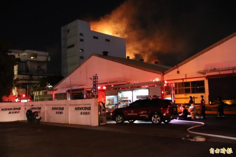 南港輪胎新豐廠倉庫昨天深夜發生大火,今天凌晨0點43分控制火勢後,不久隨即撲滅。(記者黃美珠攝)