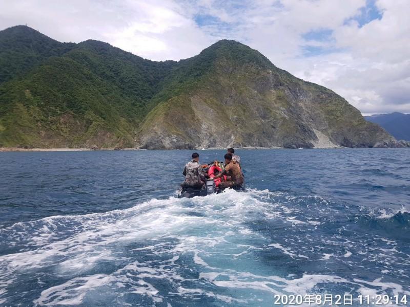 3名潛水客搭艇在海面上載浮載沉。(記者江志雄翻攝)