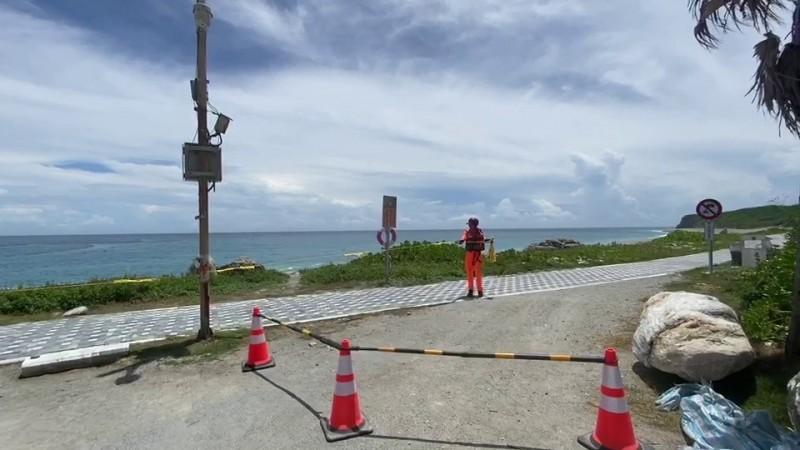 輕度颱風「哈格比」來襲,海巡署第一二岸巡隊針對花蓮縣府公告警戒區域拉設封鎖線,防止民眾靠近觀浪。(海巡署第一二岸巡隊提供)