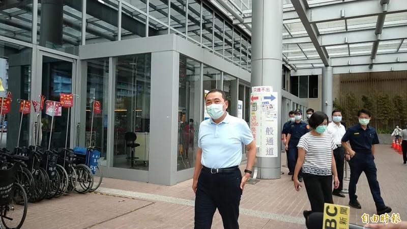 新北市長侯友宜今天下午到醫院探視因公受傷的楊姓員警。(記者賴筱桐攝)