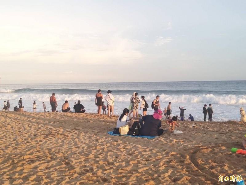 山水沙灘看似平坦,但下海後有斷層高低落差的危險。(記者劉禹慶攝)
