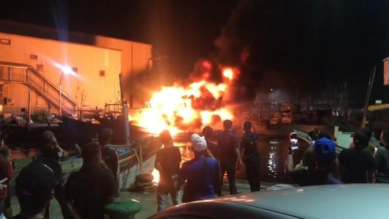 火場引來許多人圍觀。(記者江志雄翻攝)