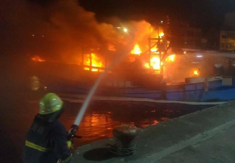 消防人員射水滅火。(記者江志雄翻攝)