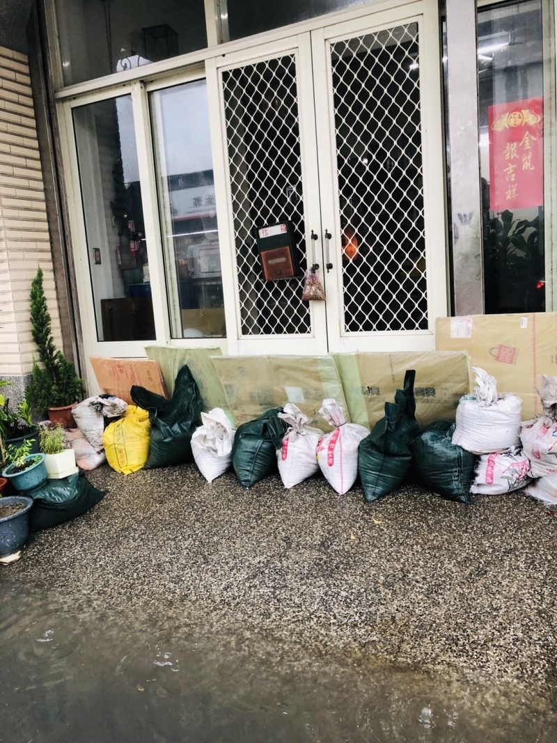 彰化和美民宅自行在住家架紙板、堆沙包,做好防淹水準備。(記者劉曉欣翻攝)