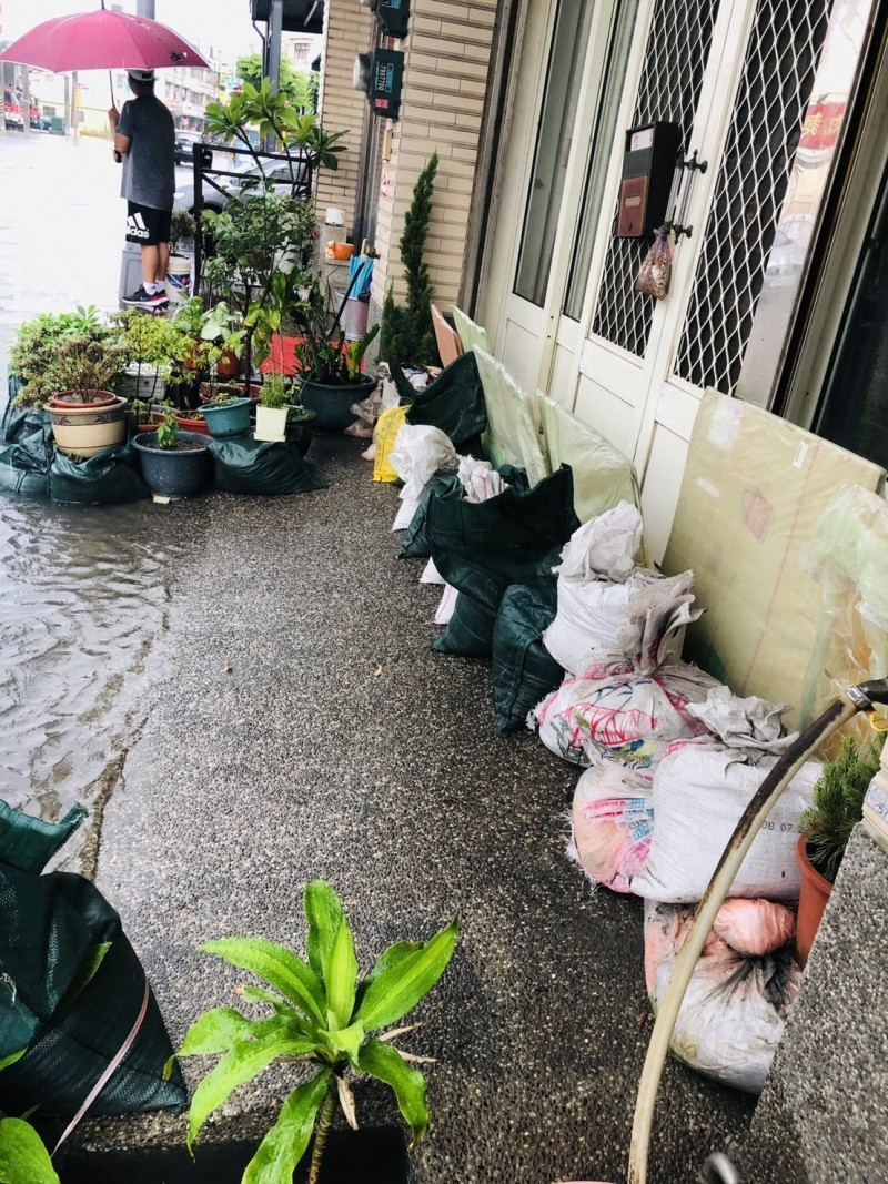沙包出動了!彰化和美部分地區遇雨就淹,民眾自備沙包應戰。(記者劉曉欣翻攝)