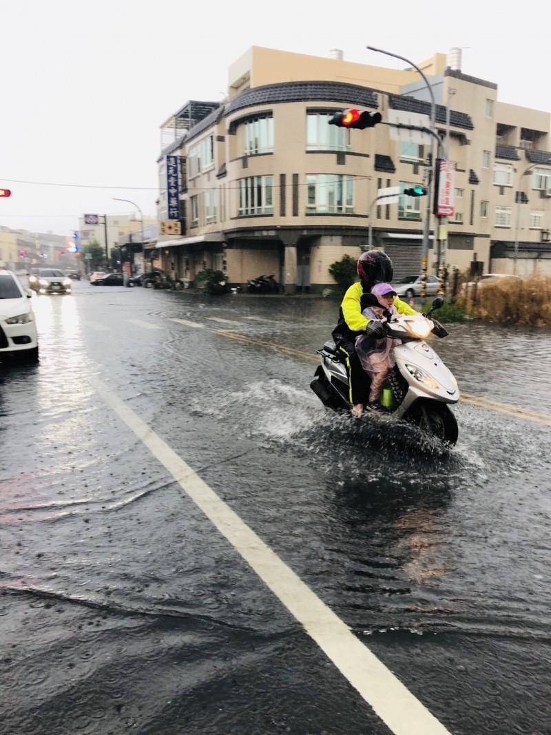 彰化和美出現強降雨,部分路段立即出現淹水。(記者劉曉欣翻攝)