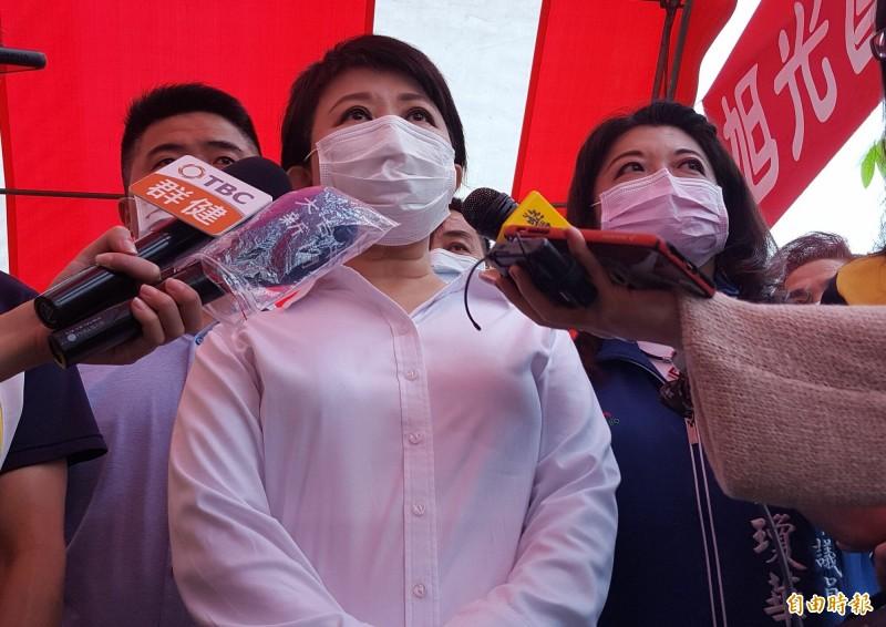 台中市長盧秀燕(中)今天表示,為了將病毒阻絕於境外,贊成外籍人士入境全面普篩。(記者陳建志攝)