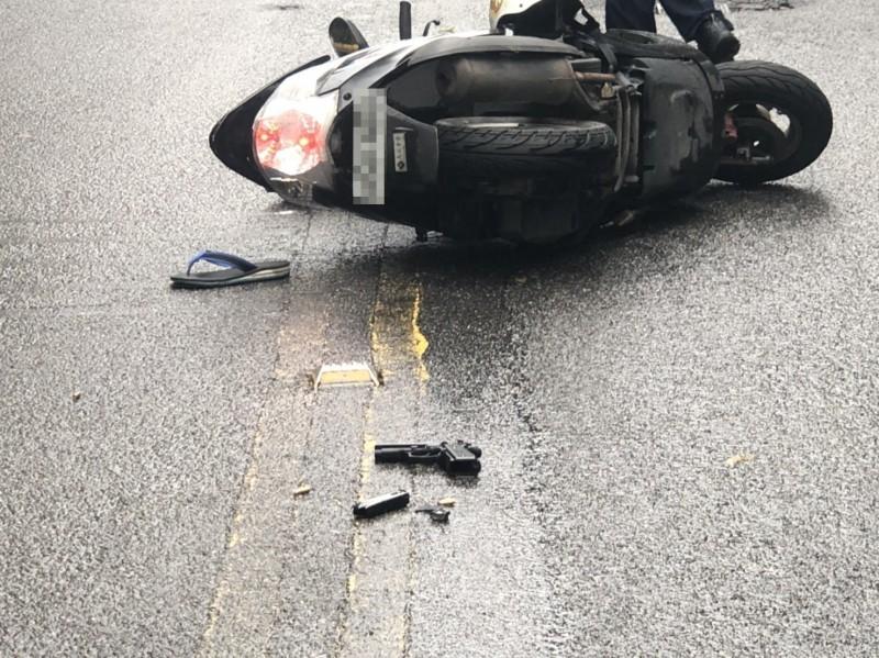 黃男持有的槍枝掉落在道路上。(記者吳昇儒翻攝)