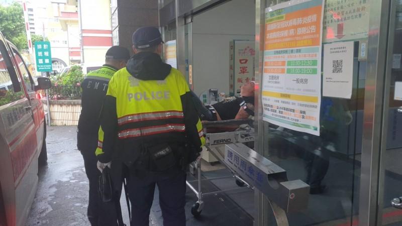 黃男被送往醫院包紮救治,警方也派員前往戒護。(記者吳昇儒攝)