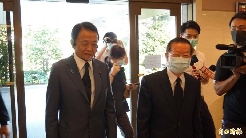 麻生太郎向駐日代表謝長廷致意,日本現任副首相進入駐日代表處十分罕見。 (記者林翠儀攝)