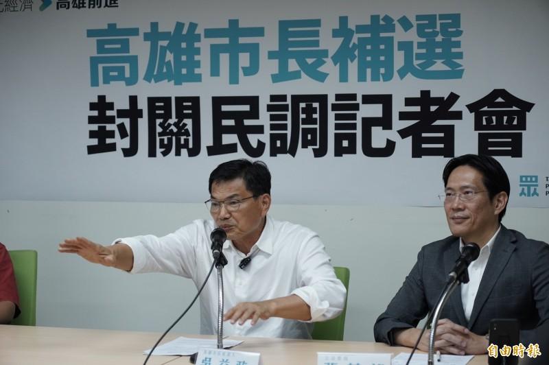 民眾黨高雄市長候選人吳益政(左)在該黨立委張其祿(右)等人陪同下出席民調記者會。(記者涂鉅旻攝)