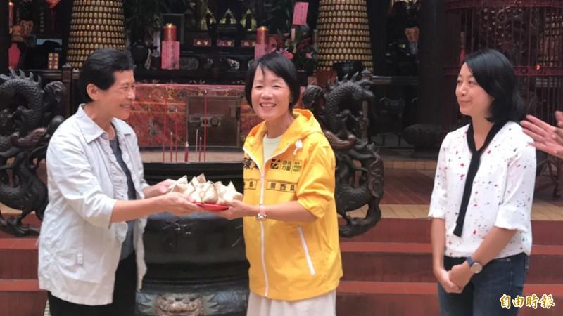 時力立委陳椒華(左起往右)送陳玉蟾粽子,祝福她補選上成功進軍新竹縣議會。(記者黃美珠攝)