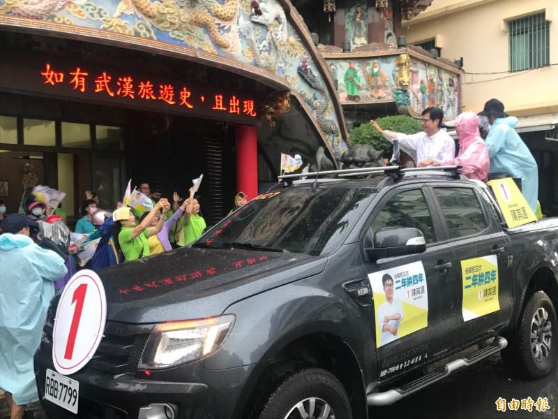陳其邁在立委林岱樺(前右、穿粉紅雨衣者)陪同下,進行地毯式掃街。(記者洪臣宏攝)