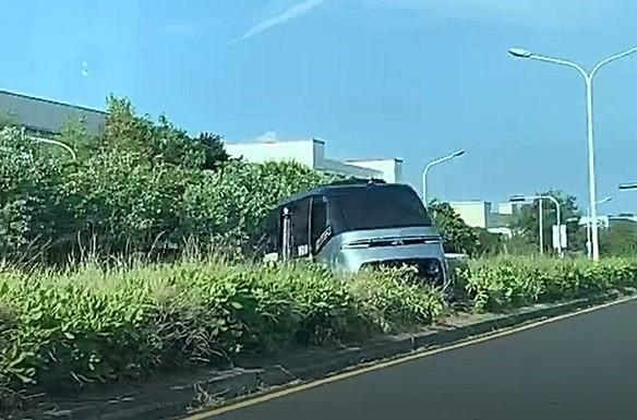 鹿港觀光自駕小巴「騎上」中央分隔島,所幸沒有人員受傷。(取自彰化踢爆網)(記者劉曉欣攝)