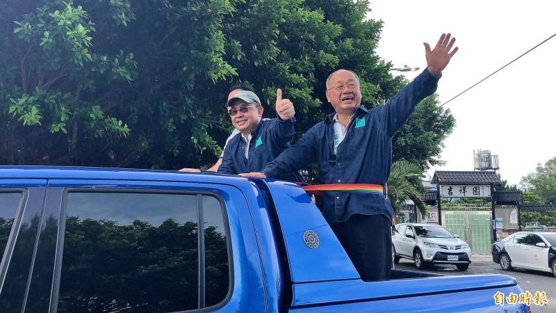高雄市議員林富寶(右)、前高雄縣長余政憲在掃街車隊上幫陳其邁拜票。(記者許麗娟攝)
