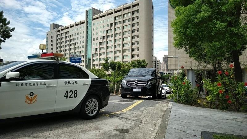 新北市殉職員警楊庭豪今早在警用機車與巡邏車護送下移靈。(記者賴筱桐攝)